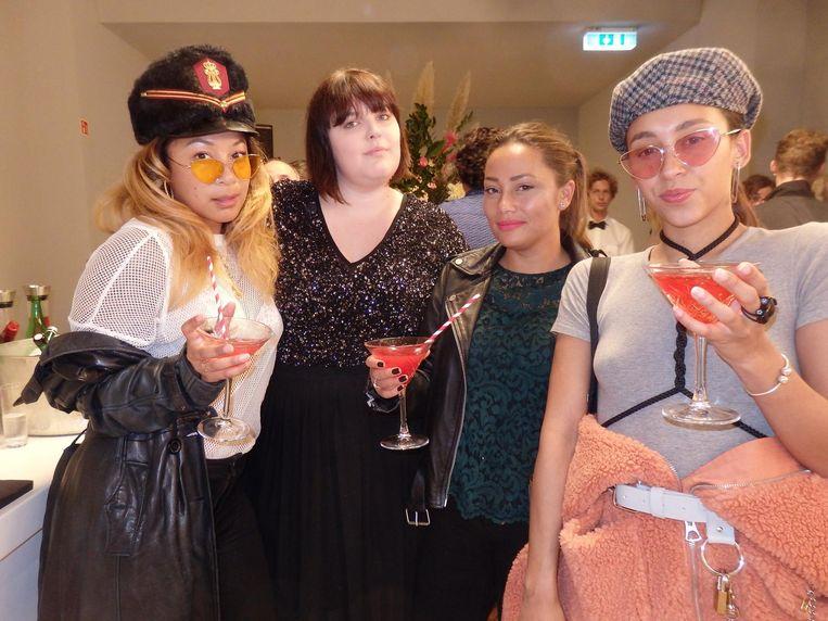Fotograaf Wayta Patmo, Anne van Luin (MaisonPR), Natasja Arie (Yvonne Arie) en stylist Lissa Brandon, niet bekend met café Brandon en dan bloedt zo'n gesprek al snel dood. Beeld Schuim