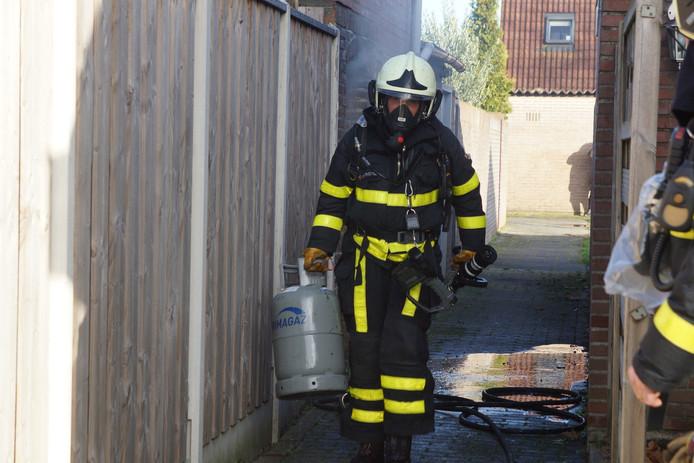 De brandweer kon net op tijd de gasflessen uit de schuur halen.