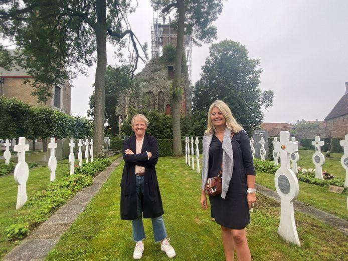 Schepenen Minou Esquenet en Mercedes Van Volcem bij de kerktoren.