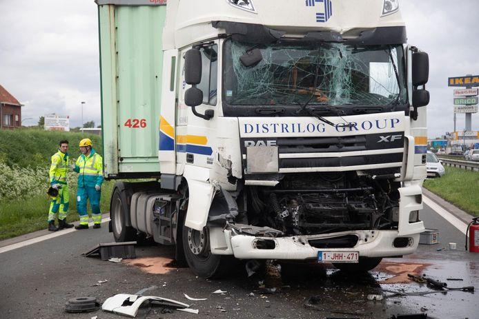 Een vrachtwagen en drie auto's botsten op de A12 richting Brussel.