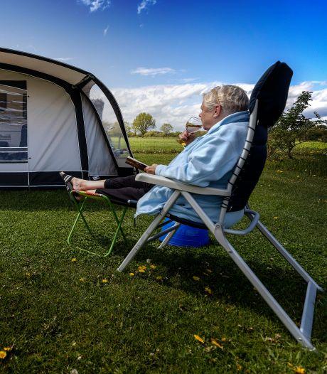 Als de weergoden geen roet in het eten gooien op de camping, doet corona het ook niet: 'Wandelen en fietsen mag gelukkig nog'