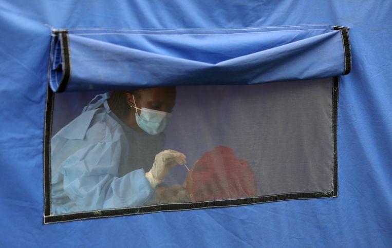 Coronatest in Lenasia, Zuid-Afrika. Beeld REUTERS