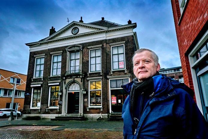 Bram Franken voor het patriciërswoning in Dordrecht dat jarenlang in bezit was van zijn familie.