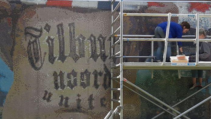 Stefanie Bauvois en Lore van Eycke restaureren het kunstwerk Tilburg Noord United.