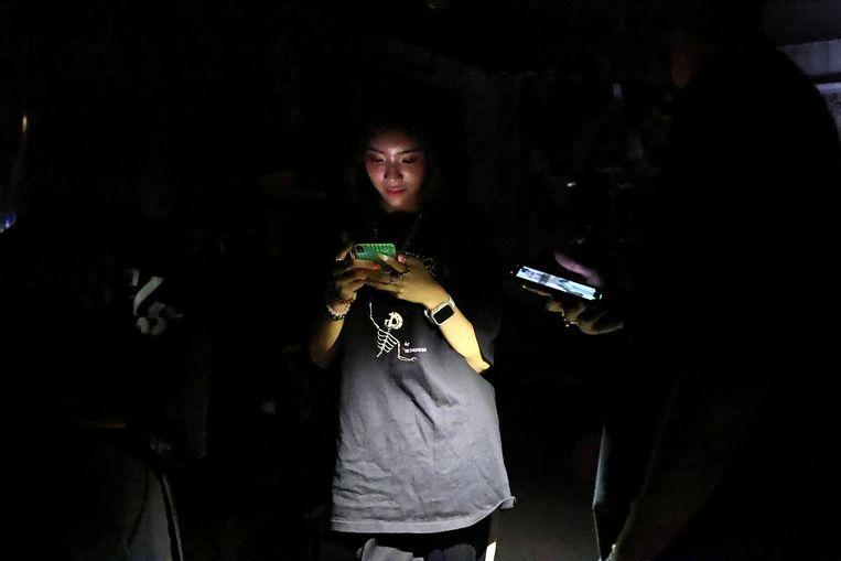 Een vrouw in het donker in Taipei.  Beeld REUTERS