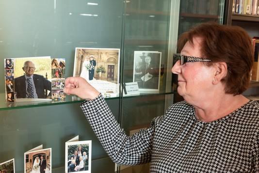 Ria Kooy exposeert haar bedankkaarten al voor de vijfde keer in de bibliotheek.