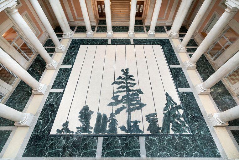 Tuymans' schilderij 'Schwarzheide' (1986) is in het Venetiaanse Palazzo Grassi een reusachtige, grandioze mozaïek geworden. Beeld Palazzo Grassi - Matteo De Fina