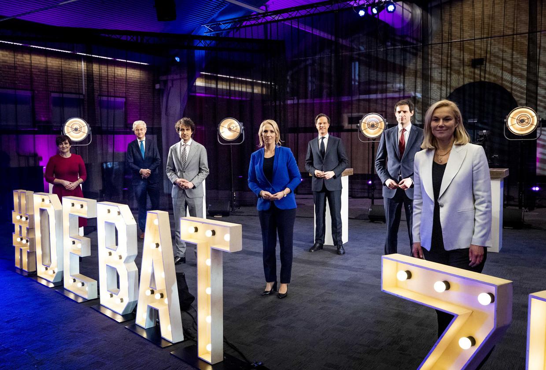 Lijsttrekkers Lilianne Ploumen (PvdA), Geert Wilders (PVV), Jesse Klaver (GroenLinks), Lilian Marijnissen (SP), Mark Rutte (VVD), Wopke Hoekstra (CDA) en Sigrid Kaag (D66) poseren voor een groepsfoto na afloop van het debat van Brabant.  Beeld ANP