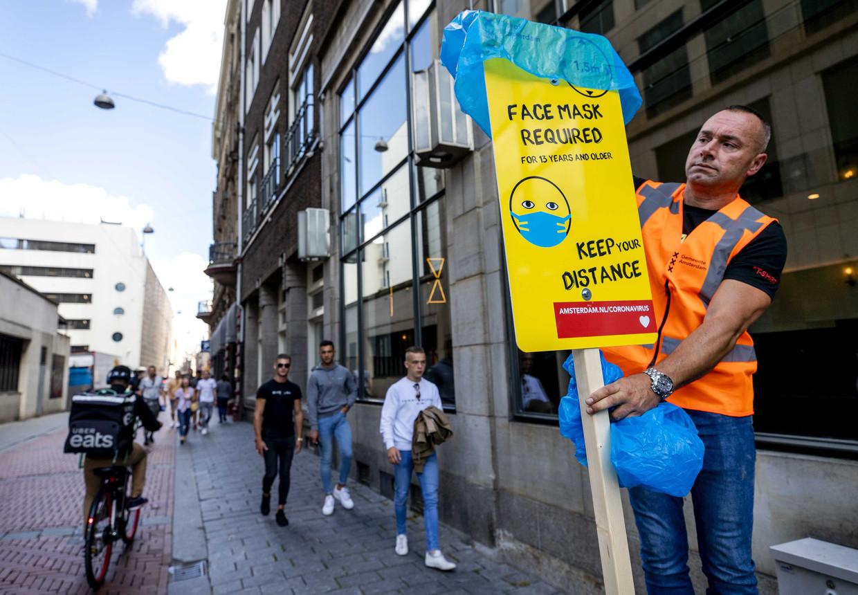 De mondkapjesplicht in drukke gebieden in Amsterdam wordt op 31 augustus geschrapt. Beeld ANP
