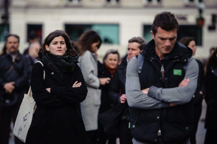 Vlakbij het stadhuis in Parijs staan inwoners van de Franse hoofdstad maandagmiddag ook stil bij de aanslagen van afgelopen vrijdag. Beeld epa