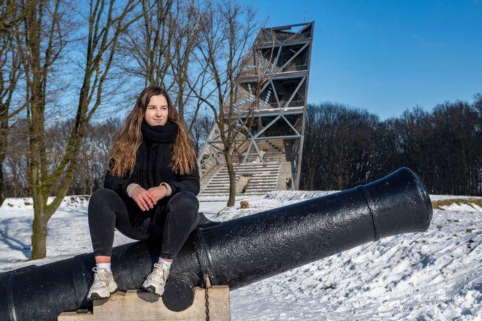 Nikita Gillesen is jong en komt uit Halsteren : op de foto bij Uitzichttoren Pompejus.