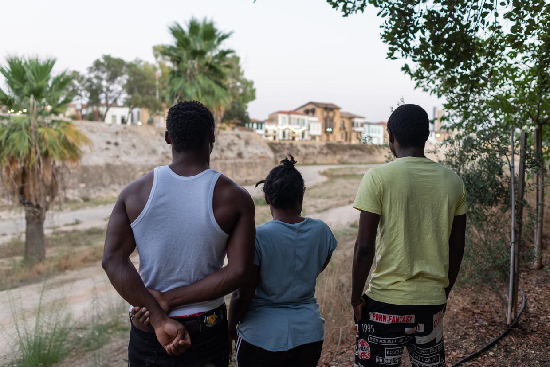 Daniel en Emil willen niet herkenbaar op de foto omdat ze als gedeserteerde militairen bang zijn voor hun familie in Kameroen. In het middden Grace, die ook onherkenbaar wil blijven.  Beeld Marcos Andronicou