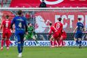 De bal vliegt in het doel; Twente op achterstand tegen VVV.