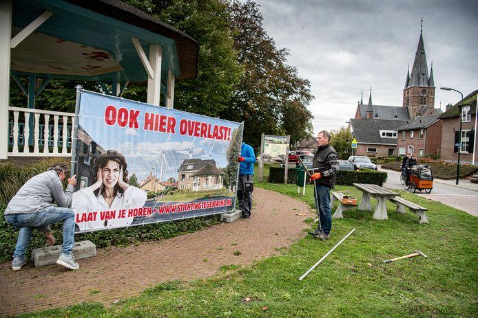 Ook bij de kiosk in Bergharen is een protestdoek tegen windmolens geplaatst.
