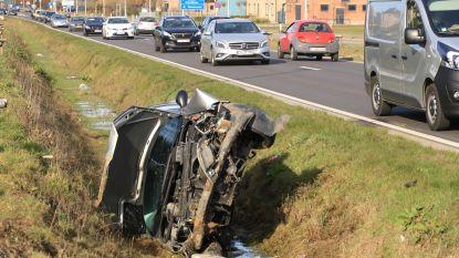 Wagen belandt in gracht naast N41 na uitwijkmanoeuvre