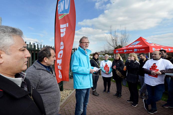 Personeel van pluimveeverwerker Plukon moet zich niet laten plukken. Daarom roept FNV-bestuurder Jan Verhoeven op om op 10 april te staken.