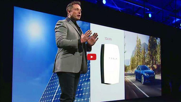 Topman Elon Musk van Tesla onthult de Powerwall, eerder dit jaar. De accu kan 7 kilowatt opslaan, opgewekt door zonnepanelen. Beeld