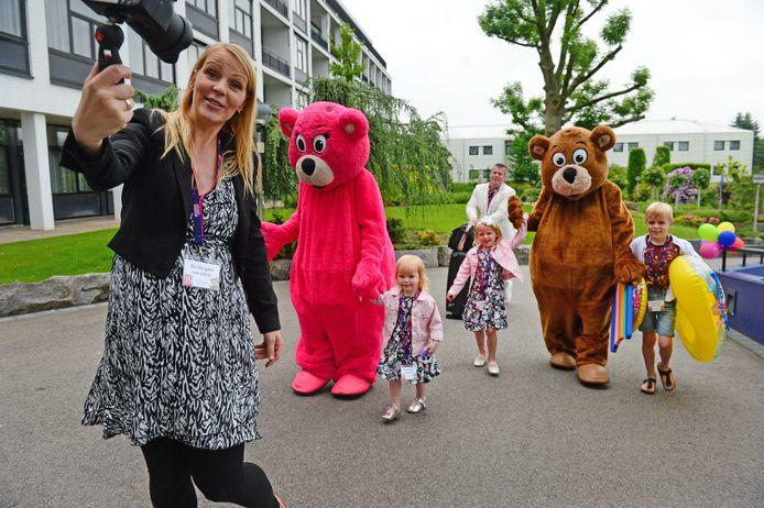 De Bellinga's, een populaire vlogfamilie, mocht zaterdag als eerste gezin inchecken in het heropende Preston Palace. Ze werden uitbundig verwelkomd.