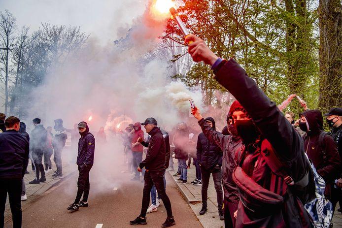 Feyenoord-fans hebben zich verzameld bij het trainingsveld en raakten slaags met de ME.