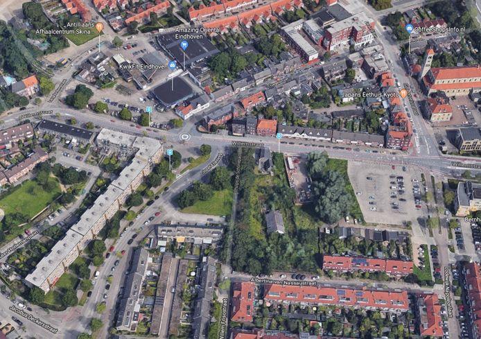 De Willemstraat met links op de hoek met de Gagelstraat het Van de Ven-terrein en rechts bij de kruising met de Lodewijk Napoleonlaan het Vogelzangterrein. Op beide locaties moeten woningen gebouwd worden.