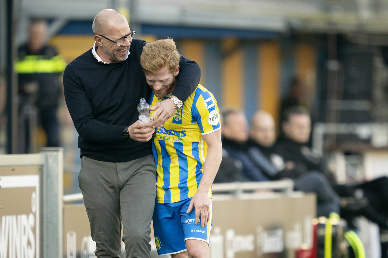 Coach Fred Grim (links) dolt met Richard van der Venne, die direct na de 3-0 gewisseld werd.