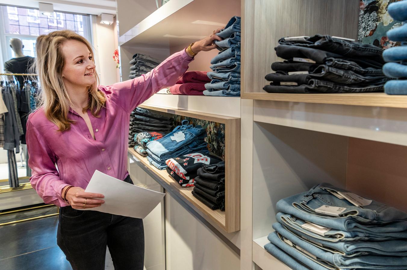 Bij Finnz treft Lisa de Wit voorbereidingen voor de opening van haar winkel  volgende week.