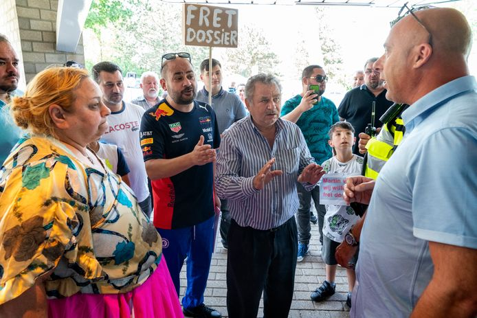 Leden van de Roma-familie R. eisen het verdwenen dossier op tijdens de betoging die ze afgelopen vrijdag hielden bij politiebureau Beverspijken in Den Bosch.