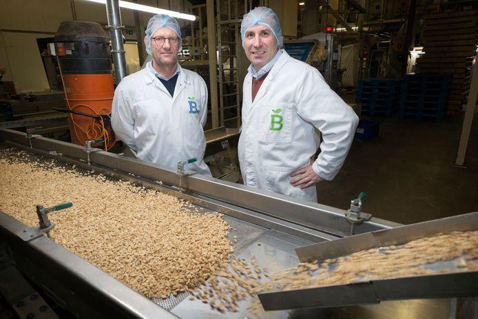 Pieter Stienen en Rainier van Rey staan bij hun pinda- en notenverwerker.