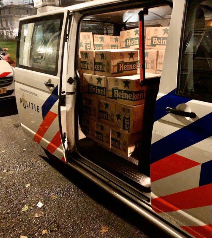 Er waren drie politiebusjes nodig om de grote hoeveelheid te vervoeren.