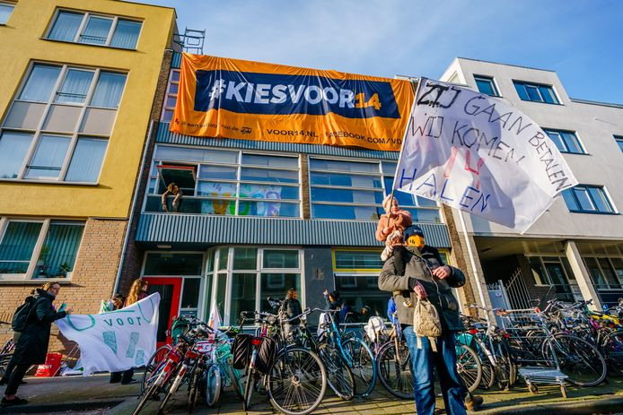 Rotterdammers nemen een leegstaand pand aan de Havenstraat 231 in gebruik, als statement voor een minimumloon van 14,- en betaalbare woningen.