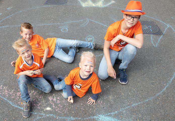 Sorry, koning. Het portret van u op de straat lijkt goed. Het is getekend door de broers Marten, Jonathan, Jesse en Aron Dijkstra.