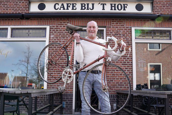 Jan van Staalduinen met de fiets van het merk Visser Vainqueur waarop Joop Zoetemelk zo'n veertig jaar geleden de Tour de France reed.