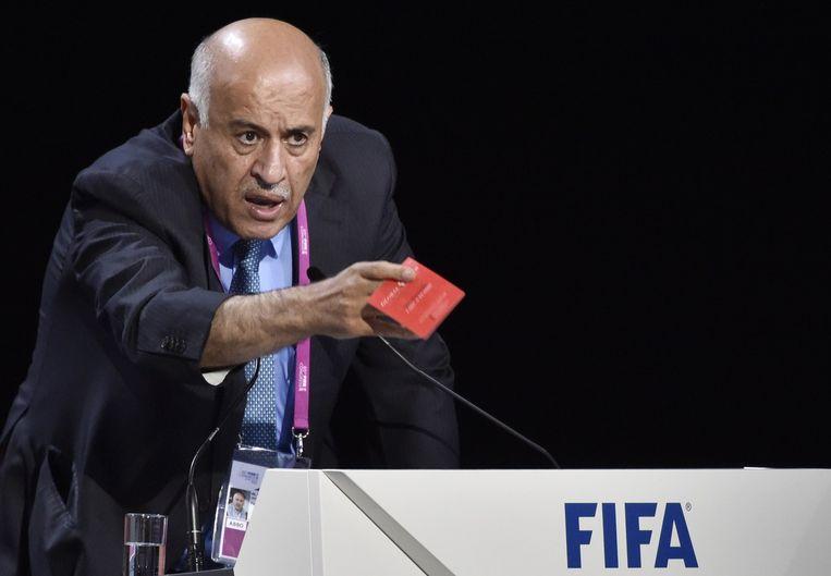 De voorzitter van de Palestijnse voetbalbond toont het FIFA-congres een rode kaart. Beeld AFP