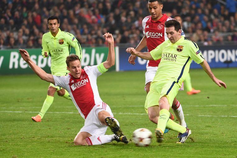 Ajax-voetballer Niklas Moisander in actie tegen Barcelona's Lionel Messi, tijdens de Champions Leaguewedstrijd van 5 november. Beeld afp
