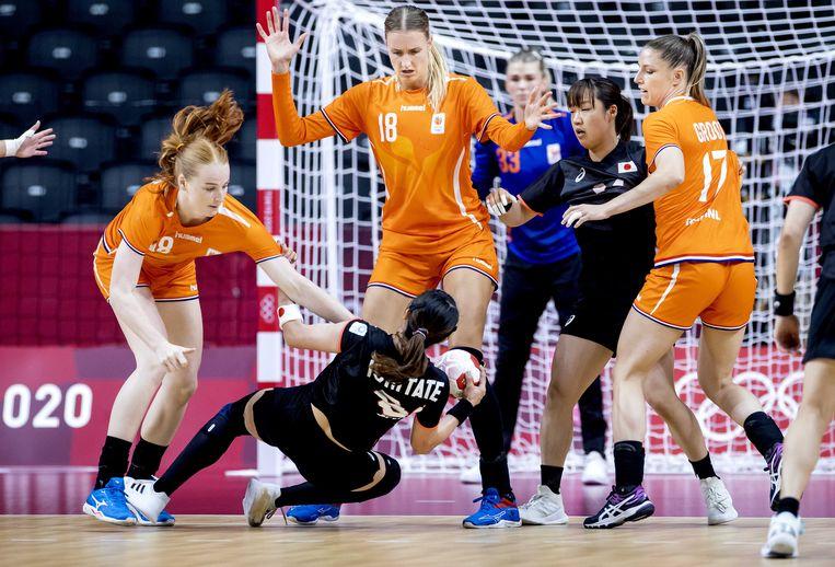 Kelly Dulfer van het Nederlandse vrouwenhandbalteam in actie tegen Mayuko Ishitate van gastland Japan in de Yoyogi-sporthal op de Olympische Spelen. Beeld ANP