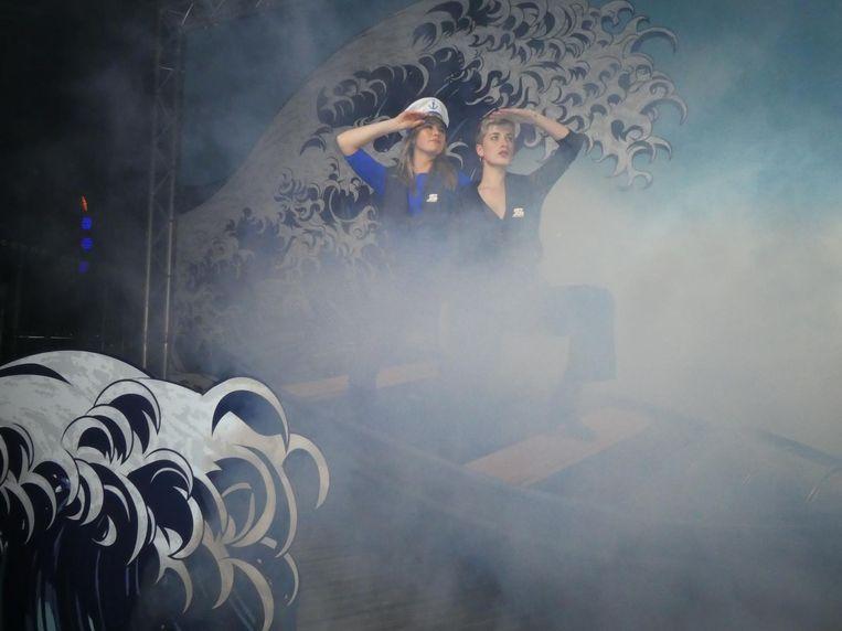 In de openluchtfotobooth: arts/actrice Yolanda Schoo en Nathalie Schuit (Cinemien). 'Wil je nog een bepaalde pose?' Beeld Schuim