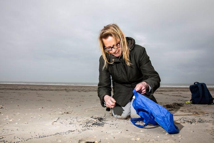 Bianca Tiegelaar tijdens een eerdere opruimactie op het strand