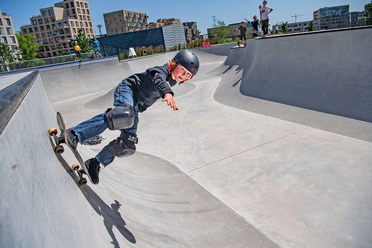 Lucas (10) raast over de skatebaan in het Amsterdamse stadsdeel Zeeburg.  Beeld Guus Dubbelman / de Volkskrant