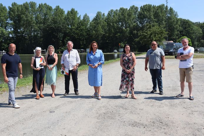 De huidige eigenaars en het stadsbestuur bij de bekendmaking van de aankoop afgelopen zomer.
