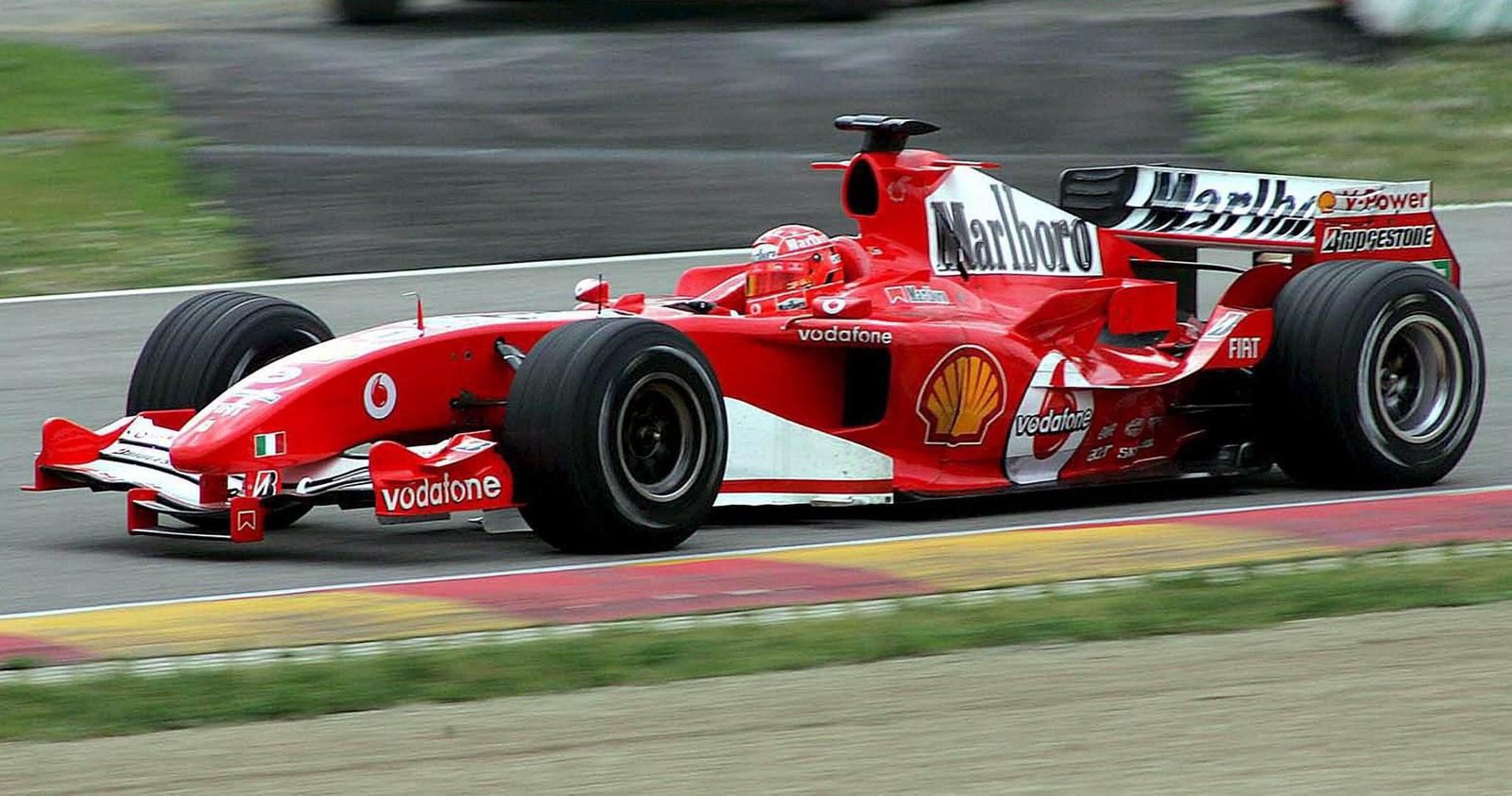 Michael Schumacher in zijn Ferrari op het circuit van Mugello in 2005.