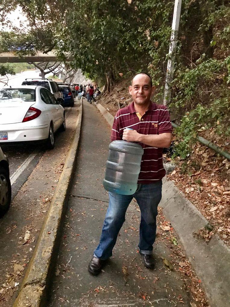 Andres Moreno zit door de stroomstoring thuis zonder water. Beeld