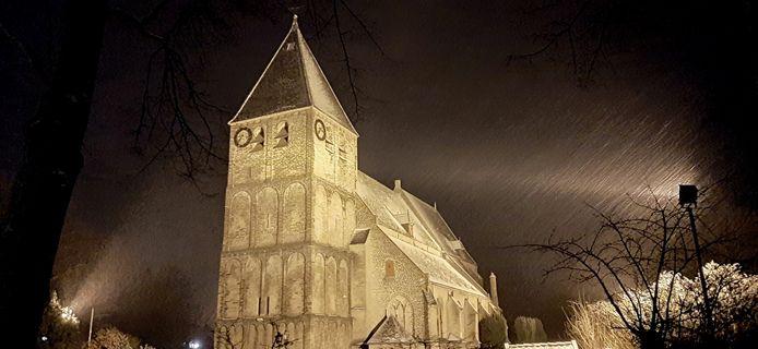 De Rhedense Dorpskerk in een winters avondtafereel.