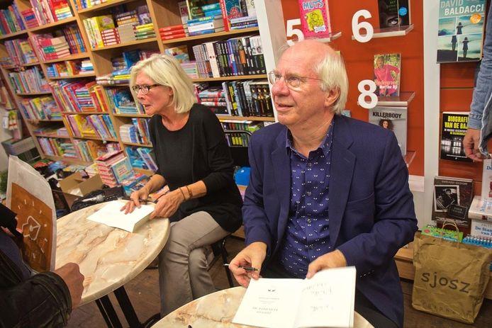Petra Kersten en Jan Brokken bij de signeersessie van 'Johnny remember me'.