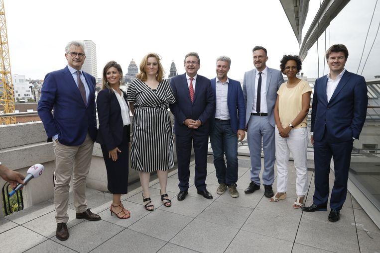 De nieuwe Brusselse bestuursploeg van links naar rechts: Bernard Clerfayt (DéFi), Nawal Ben Hamou (PS), Elke Van den Brandt (Groen), Rudi Vervoort (PS), Alain Maron (Ecolo), Pascal Smet (one.brussels-sp.a), Barbara Trachte (Ecolo) en Sven Gatz (Open Vld).