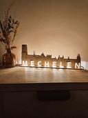 Een wandlamp met de skyline van Mechelen.