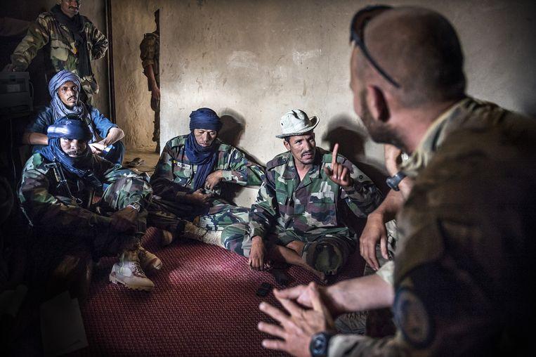 Special forces in gesprek met leden van de Azawad-militie. Beeld Sven Torfinn