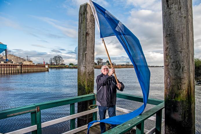 Rob Rosbergen bij molen Windlust op de steiger in Nieuwerkerk. Vanaf deze plek moet een aantal boten van alle dorpen uit Zuidplas gaan varen over het kanaal.