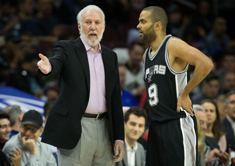 Gregg Popovich, coach van basketbalteam San Antonio Spurs, in gesprek met Tony Parker. Coach Pop is de morele leider van het protest in de NBA. Beeld Photo News