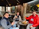 Antoine, Gauthier en Arno zitten hier al twee uur te genieten op het terras van café Damberd. Ze zijn speciaal vroeger opgestaan hiervoor.