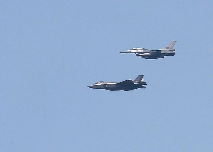 JSF en F-16 vliegen over Eindhoven